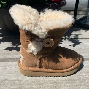 Uggs shearling boots bailey button chestnut baby